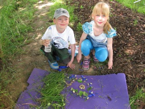 20150602 - Výtvarný kroužek - Mladší žáci instalují z přírodnin