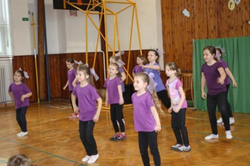 20150427 - Děvčata z kroužku Aerobiku pod vedením p. Březinové vystupovala na přehlídce školních družin