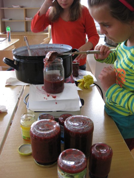 20130918 - Pátá třída vařila džem ze švestek