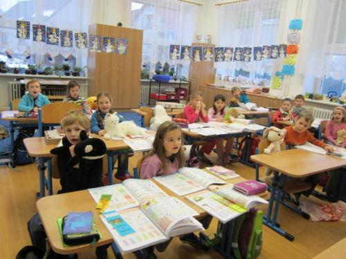 20130123 - Prvňáci s plyšovým mazlíčkem ve škole