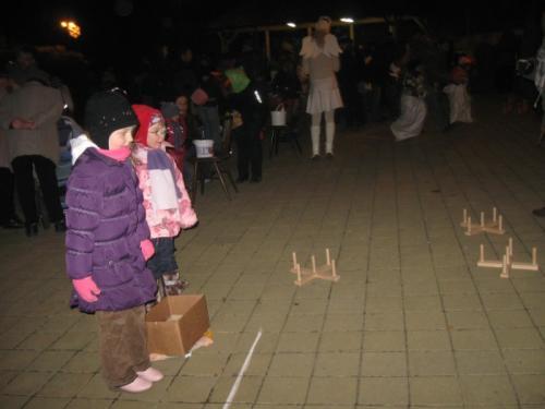 20111202 - Mikuláš, andělé a čerti před naším obecním úřadem