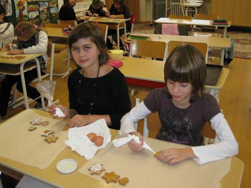 20091201 - Žáci 5. třídy zdobí perníčky